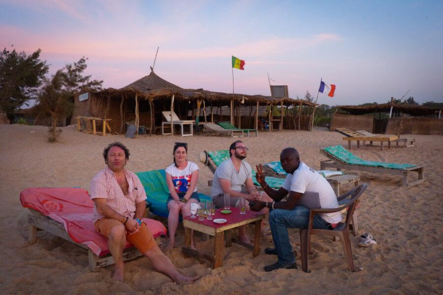 Des touristes avec Madia à la plage