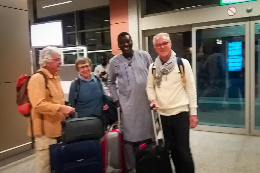 Les voyageurs et leurs bagages sont à l'aéroport avec leur guide Modou.