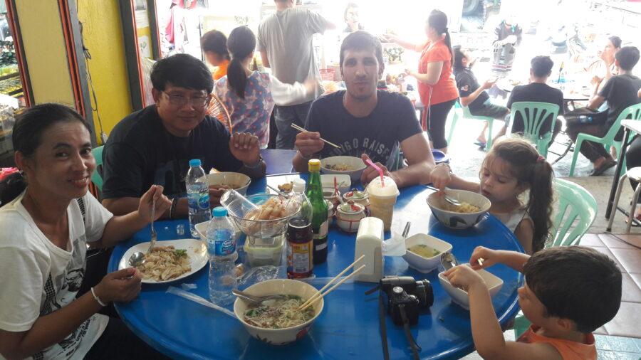 Les voyageurs, le guide et sa femme déjeune ensemble dans un restaurant.