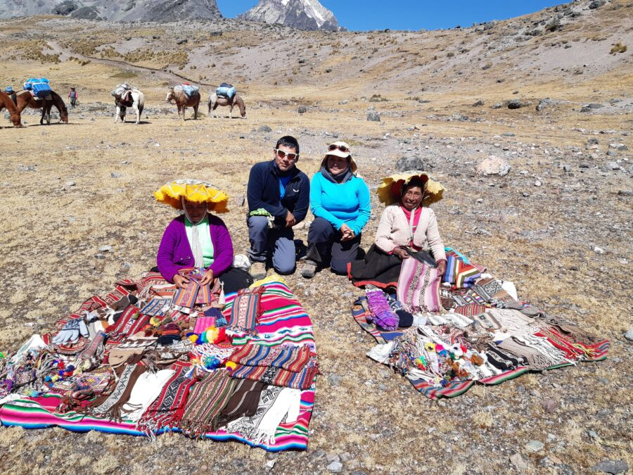 Un guide et une voyageuse avec des Péruviennes au Pérou