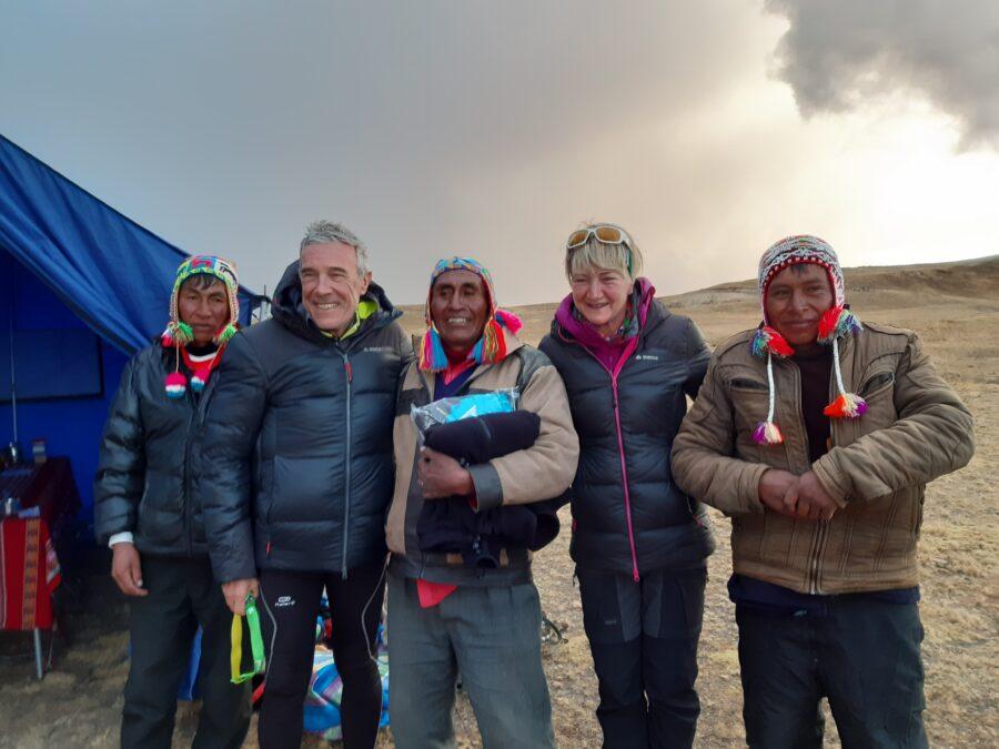 Des voyageurs au Pérou avec leur guide local en pleine montagne.