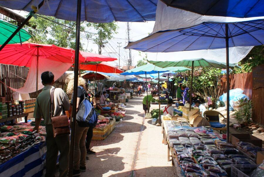 Photo d'un marché local au Laos.