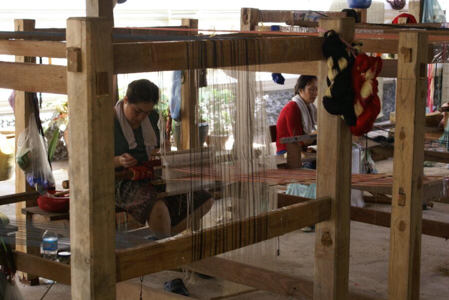 Photo de femmes qui tissent au Laos