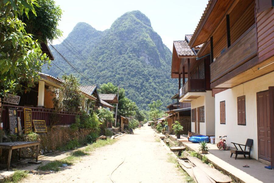 Photo d'un village au pied d'une montagne.
