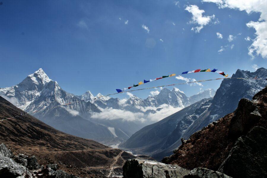 On voit les montagnes avec des parties plus ou moins enneigées.