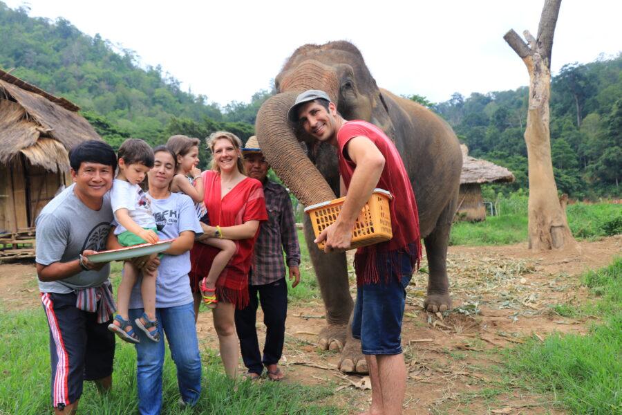Des voyageurs avec des éléphants dans un centre de sauvegarde