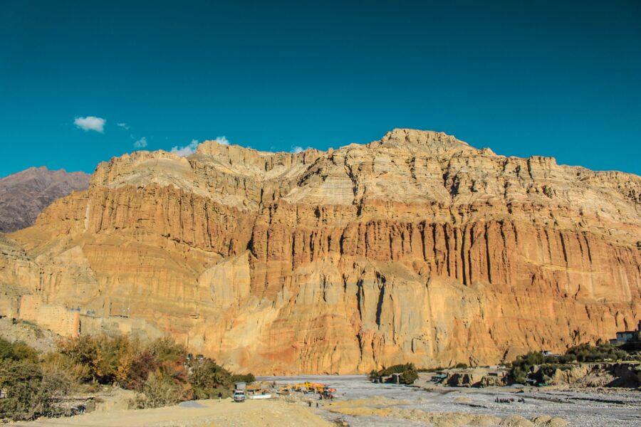 Une montagne avec des roches de couleur jaune/orangé rencontrée lors des treks