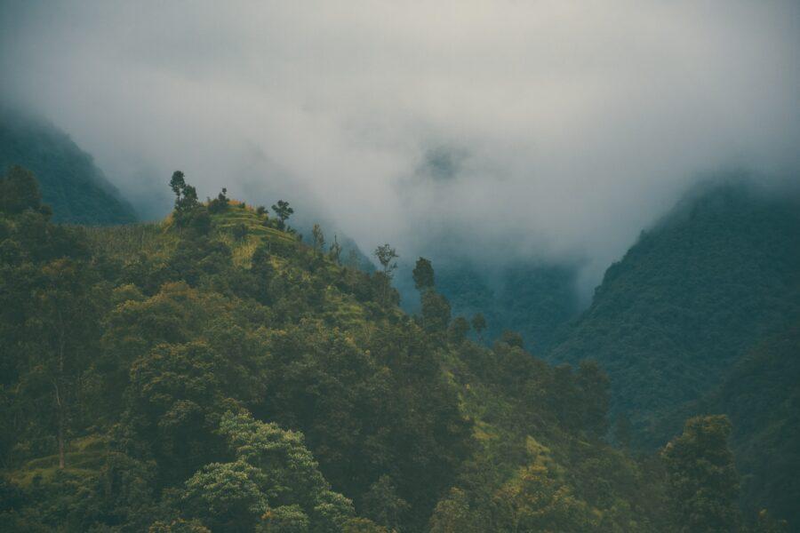 Une montagne verdoyante sous des nuages aperçue lors des treks