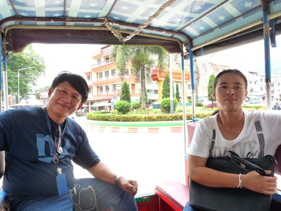 Le guide et sa femme sont dans un Tul-tuk qui circule dans la ville.