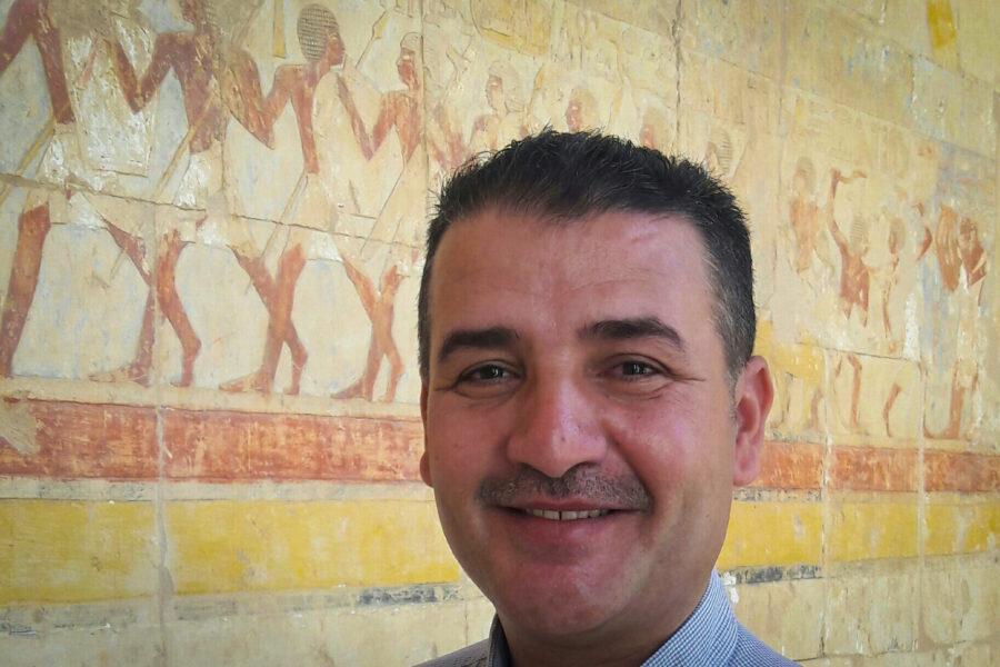 Photo de portrait de Tarek, guide francophone et indépendant en Égypte.