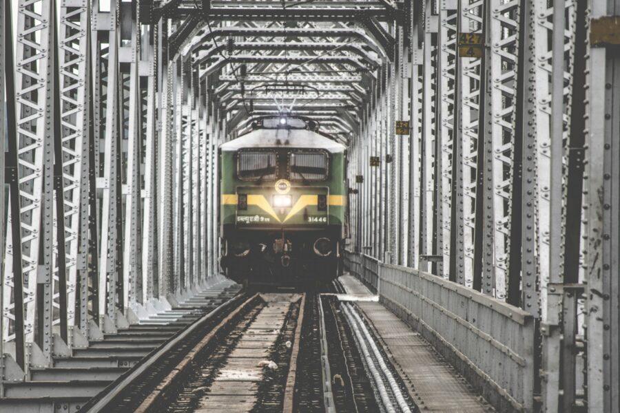 Un métro vert et jaune avance vers sa prochaine station en Inde.
