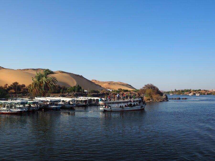On voit plusieurs bateaux qui font une croisière sur le Nil en Égypte.