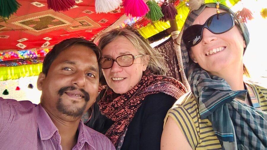 Selfi du guide et de deux voyageuses.