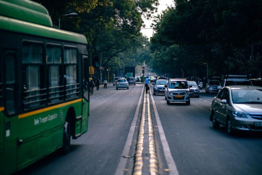 Photo de voitures qui circulent dans les deux sens.