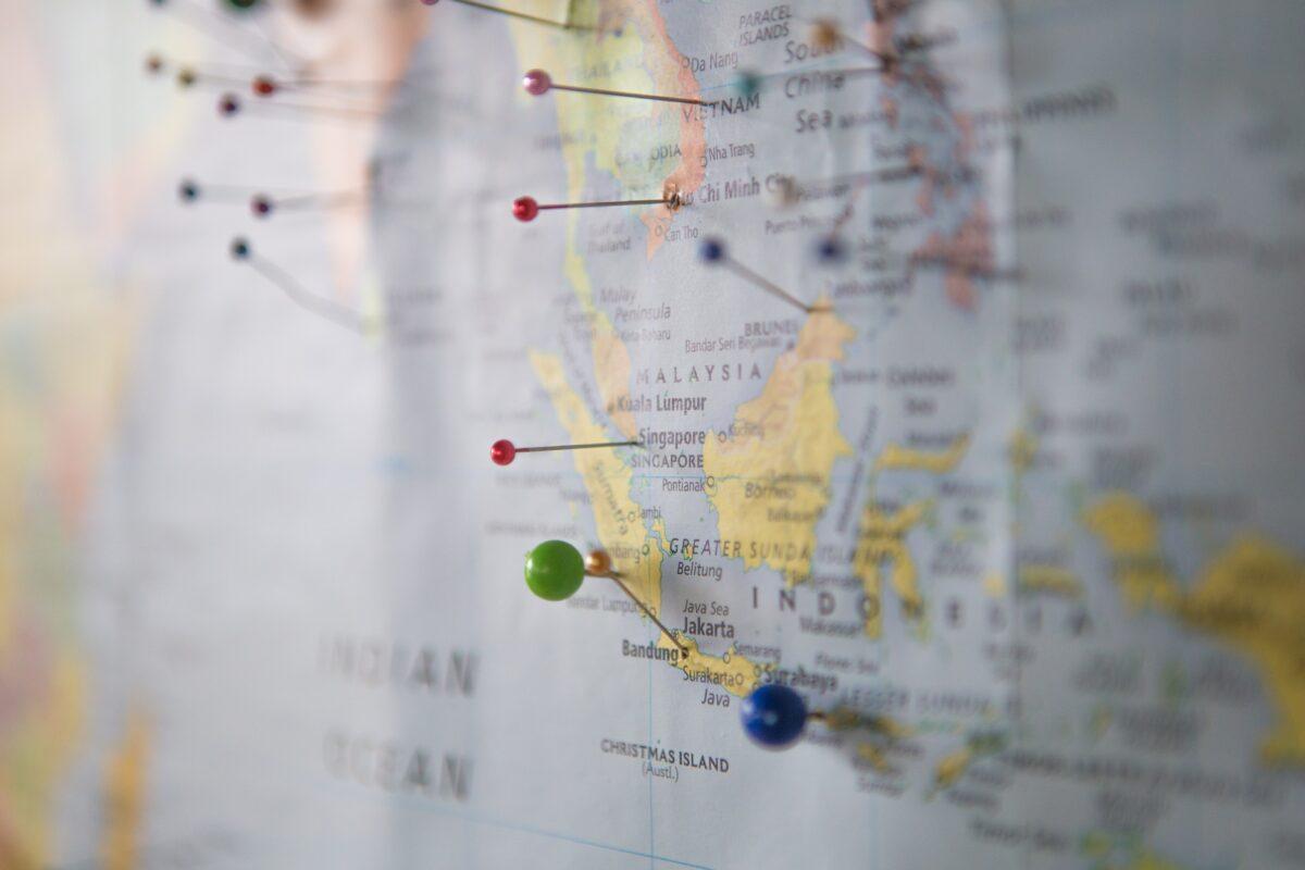Une carte du monde avec des épingles