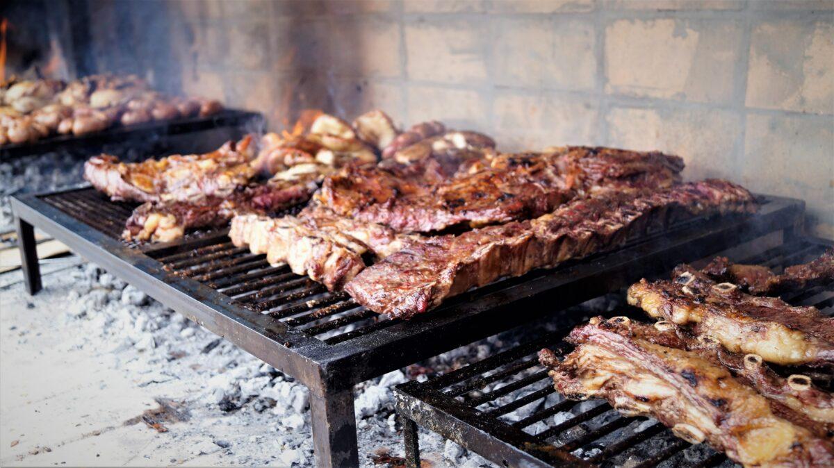Un barbecue argentin dit asado. Plusieurs viandes des grills.