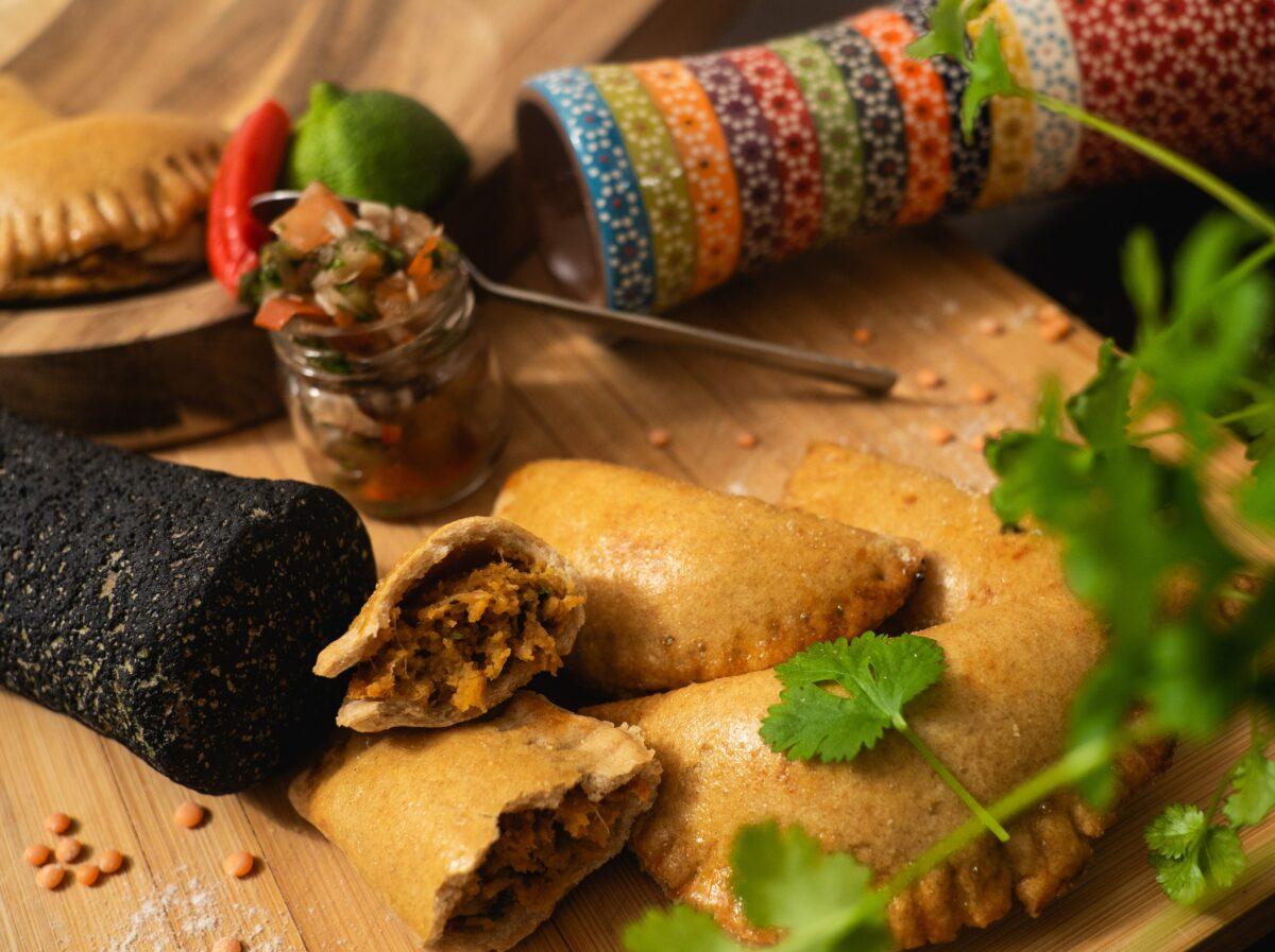 Des empanadas argentins à la viande sur un plateau en bois