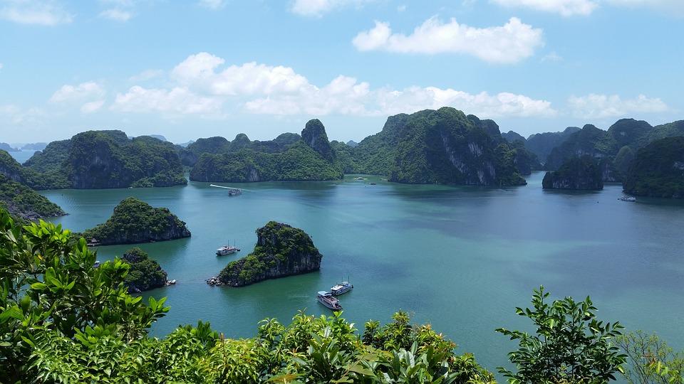 Une baie avec des montagnes et des bateaux au Vietnam