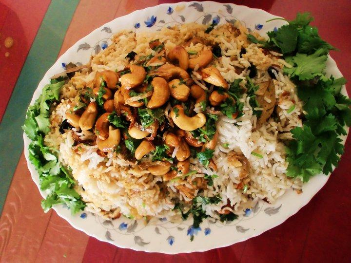 Un plat de riz garnie de viandes et légumes de Tanzanie