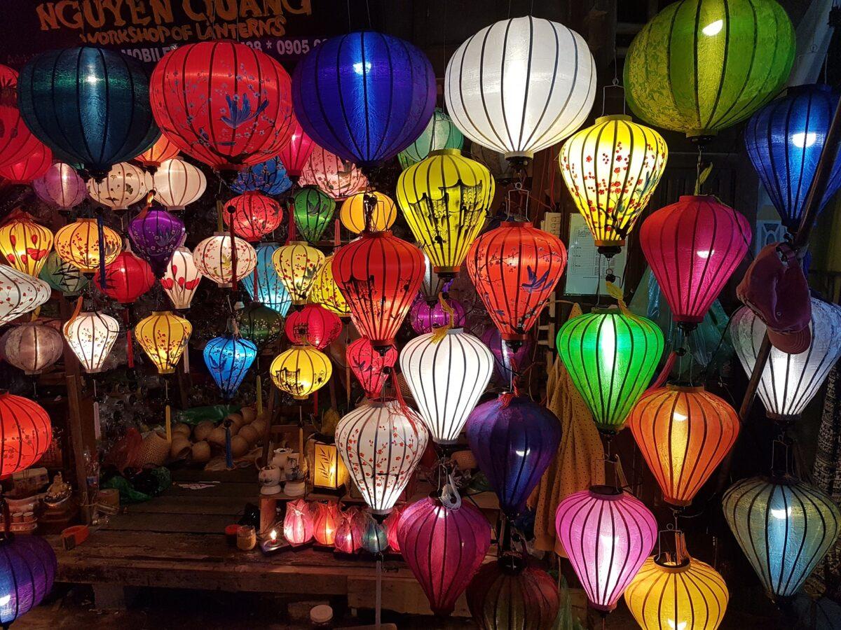 Des lanternes de couleur suspendues