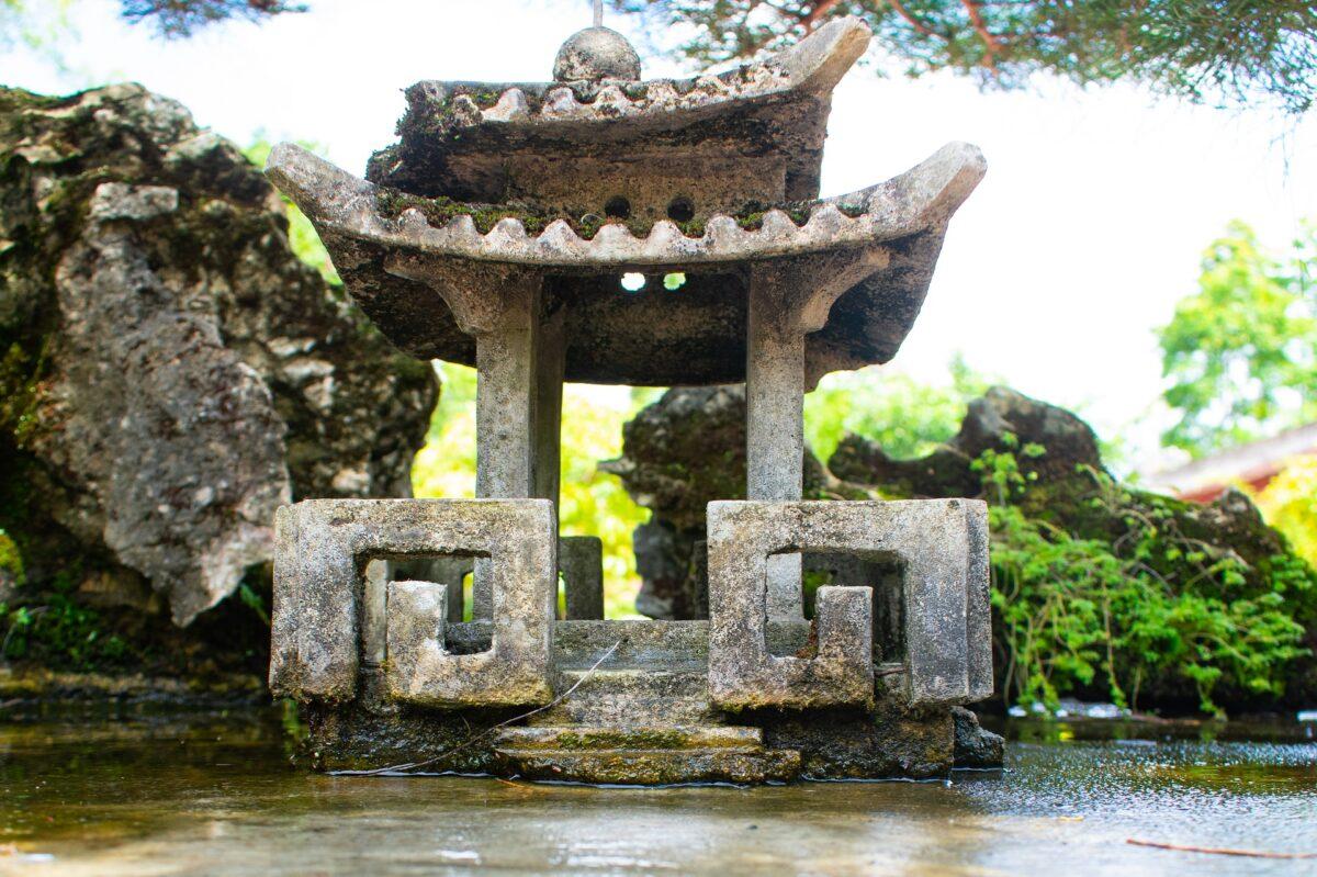 Un temple sur une rivière au Vietnam