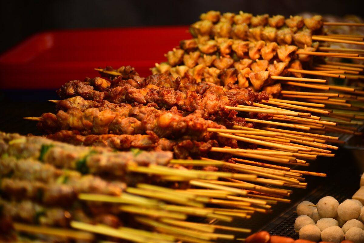 Des brochettes de viandes sur un barbecue