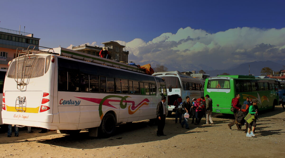 A la gare avec des bus  partant pour le circuit des Annapurnas