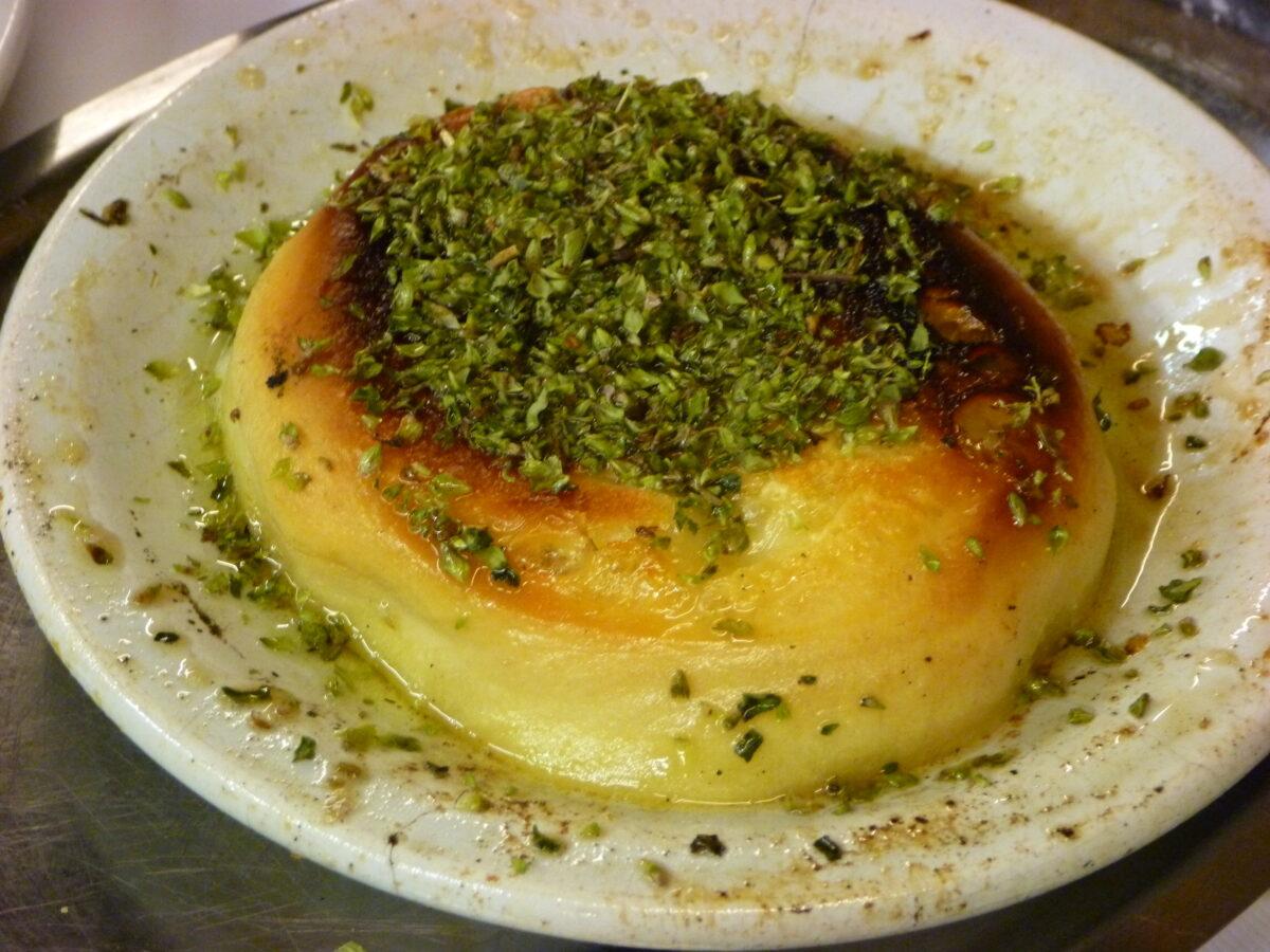 Du fromage grillé argentins sur une assiette blanche