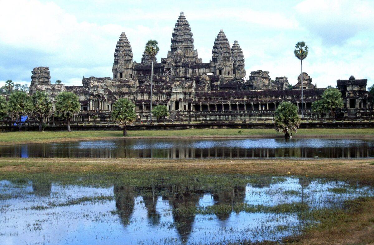 Ankor Vat temple siem reap Cambodge palmier lac ciel bleu