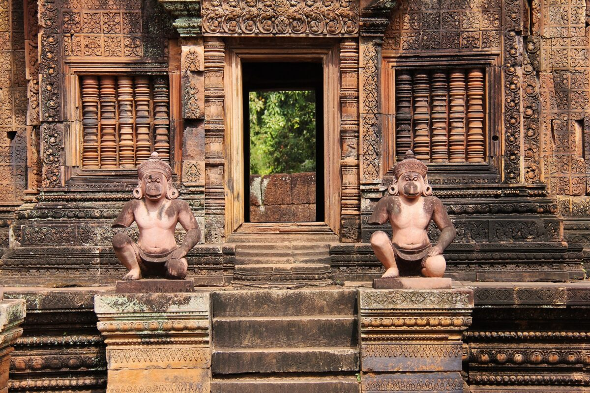 temple Banteay pierre rouge cambodge statuette et sculptures