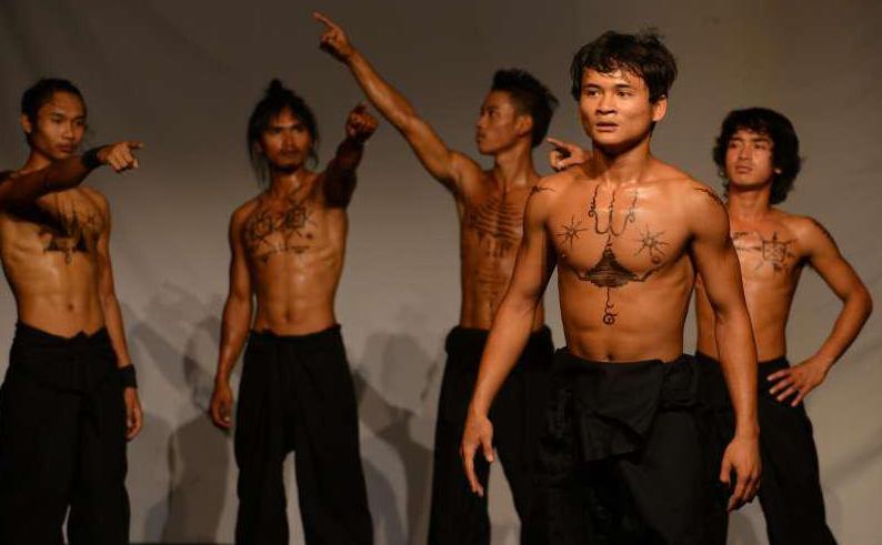 cirque cambodgien athlète torse nu avec tatouages