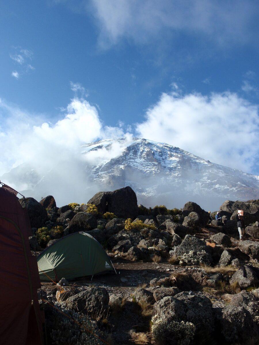 Un camp sous tente: hébergement au Kilimandjaro