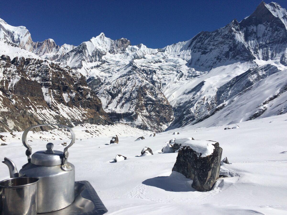 Une théière sur un plateau dans une montagne