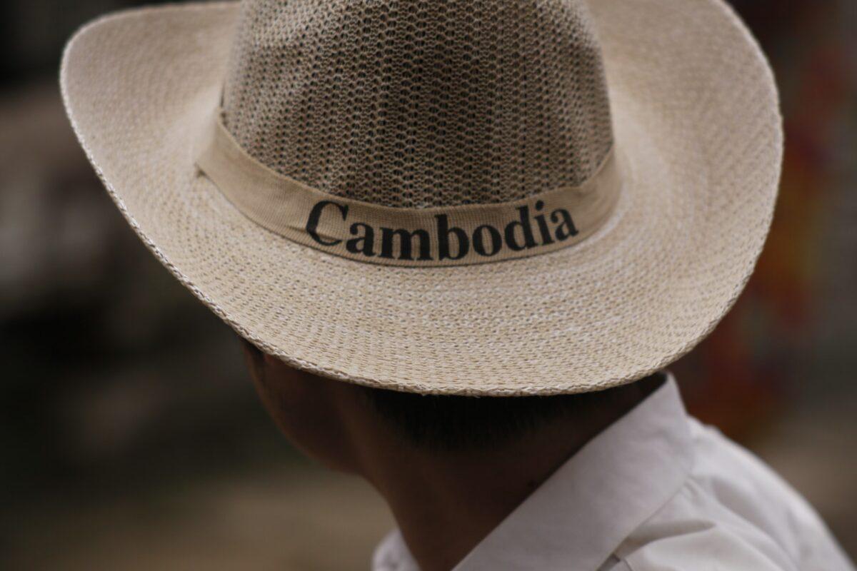 cambodgien avec chapeau de paille de dos