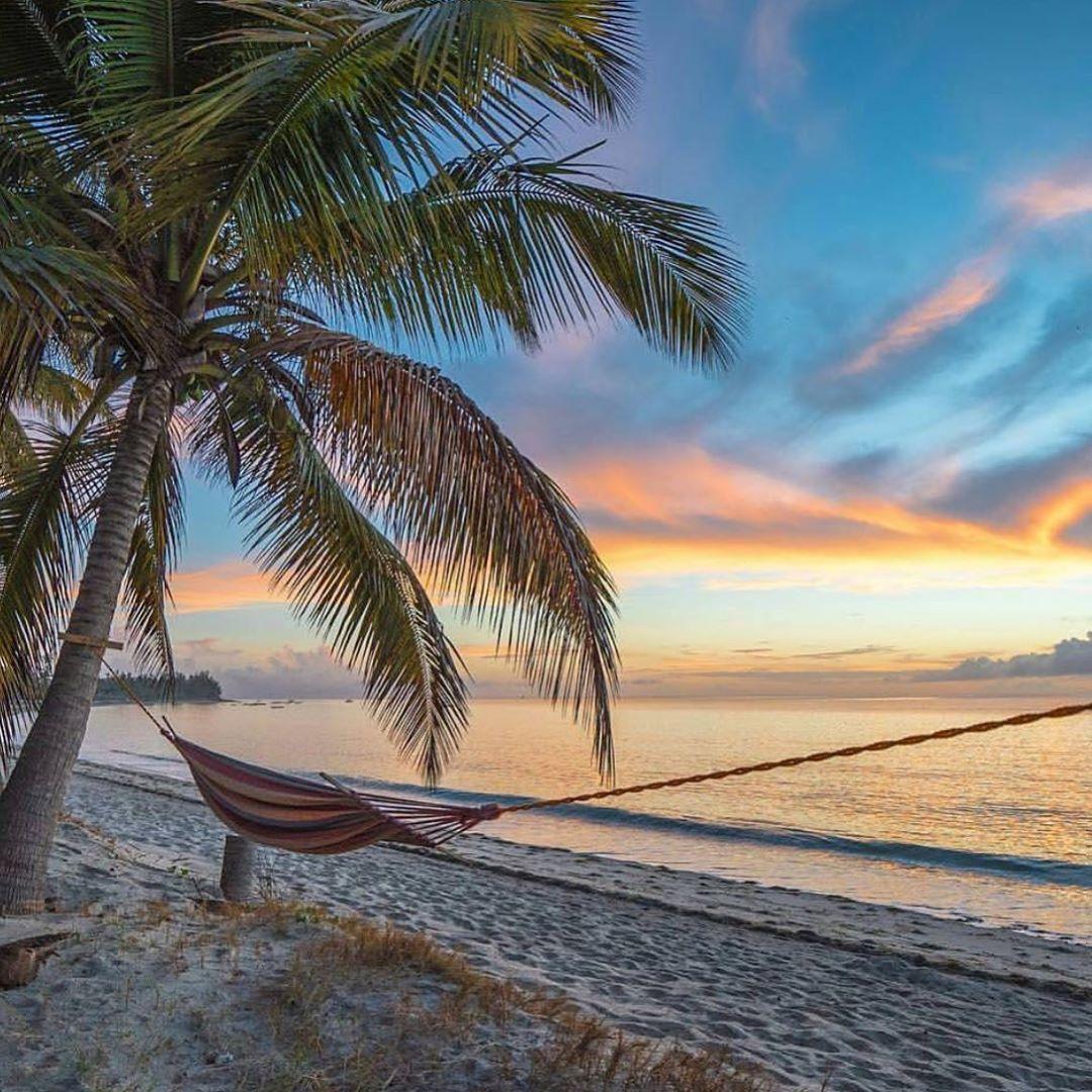 Un hamac au bord de la mer dans une île swahilie