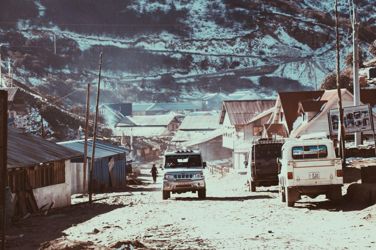 Une jeep sur la route du circuit des Annapurnas