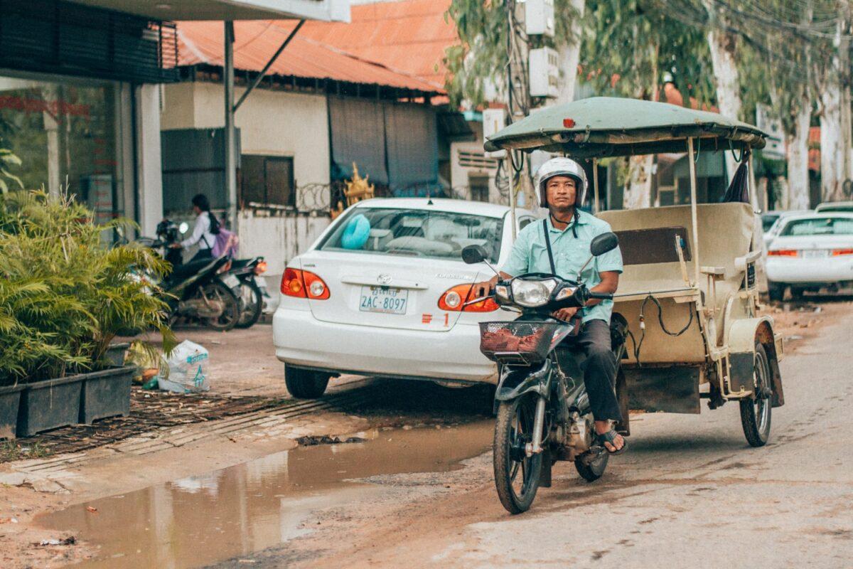 rue siem reap tuk tuk scooter cambodgien