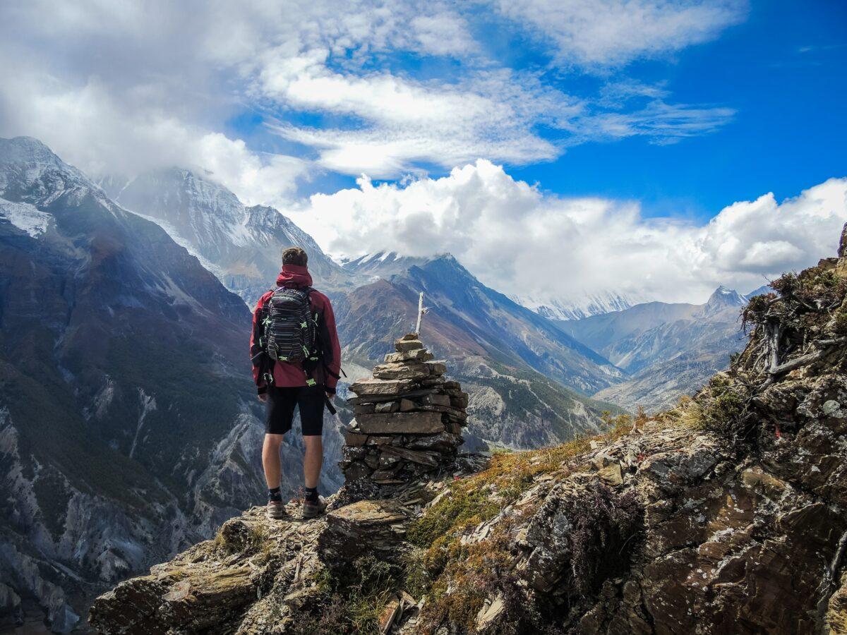 Un homme se tenant debout sur une montagne aux Annapurnas