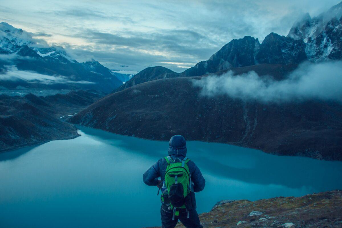 Un homme regardant des lacs bleu turquoise lors d'un des 3 treks