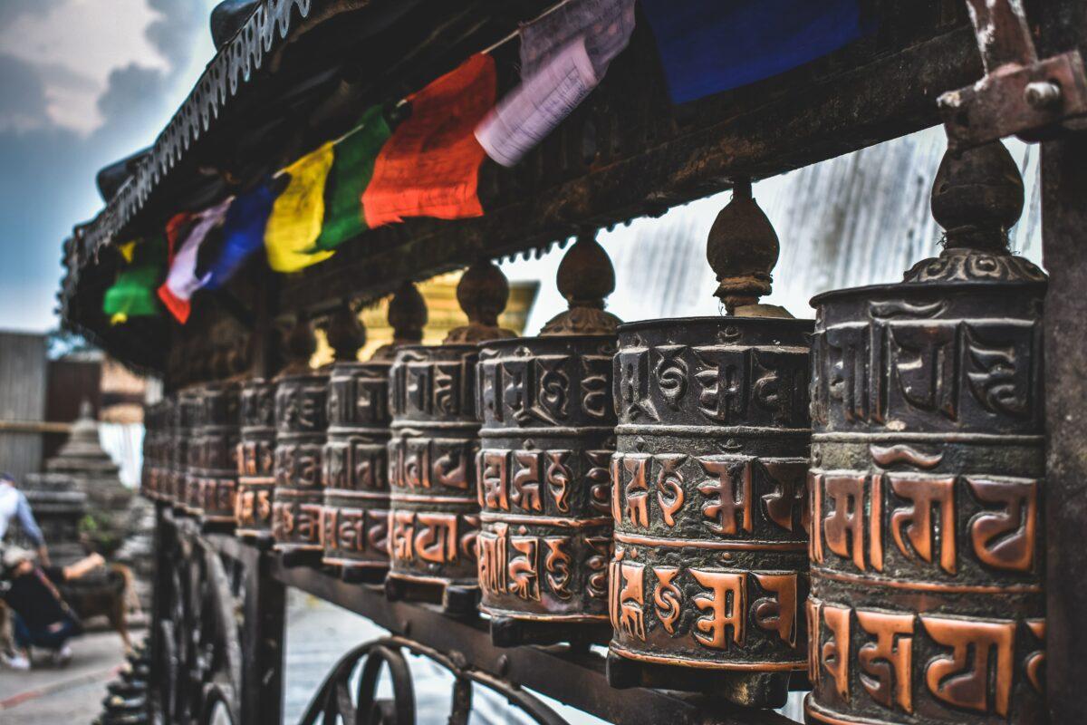 Des instruments en métal brun rencontrés lors du circuit des Annapurnas