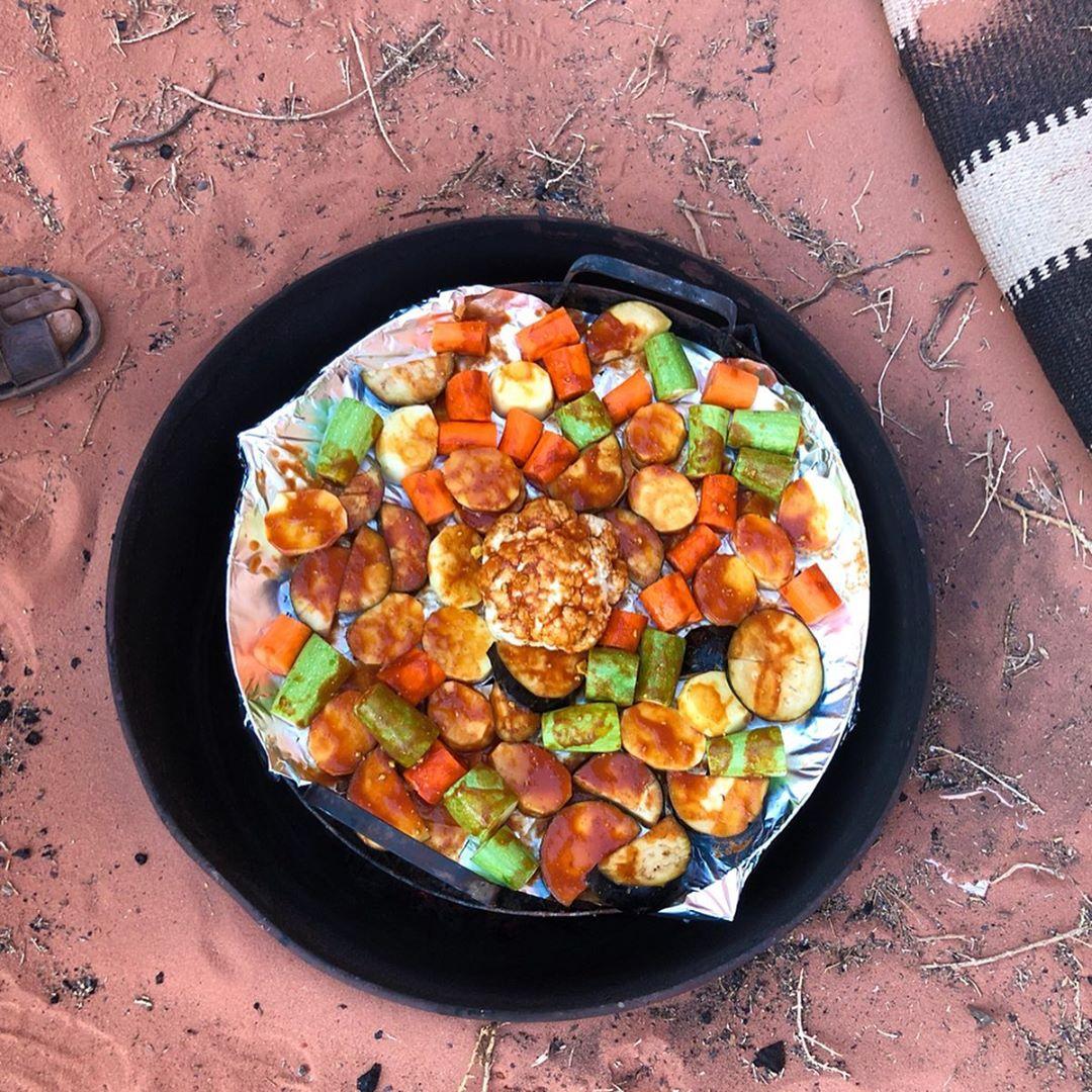 Déguster un dîner traditionnel bédouin dans le désert du Wadi Rum