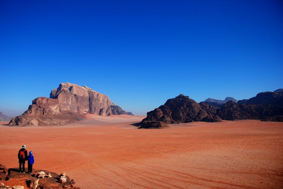 Deux personnes contemplant le désert de Wadi Rum