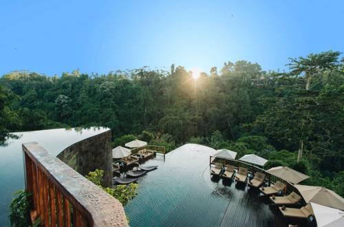 piscine à ubud avec vue sur la jungle grand ciel bleu et soleil