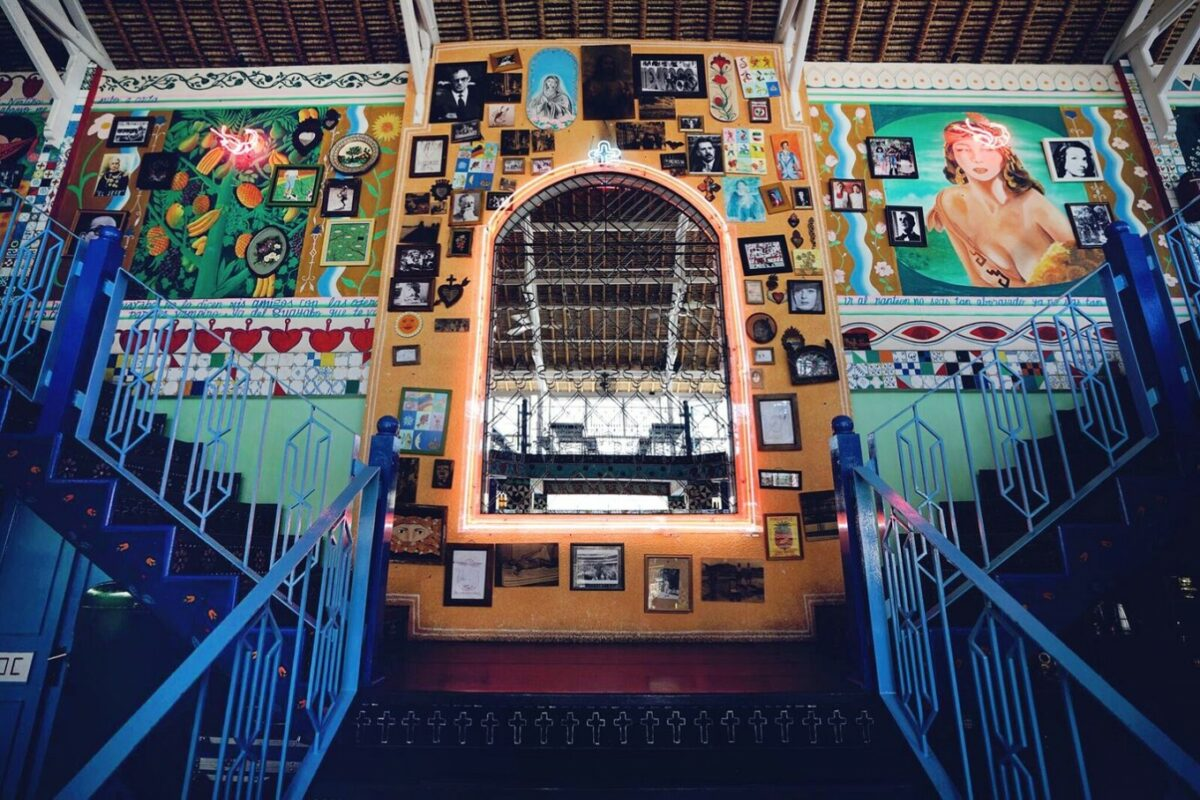 diner insolite à bali dans restaurant mexicain avec beaucoup de couleur des escalier bleu en premier plan et un grand mirroir