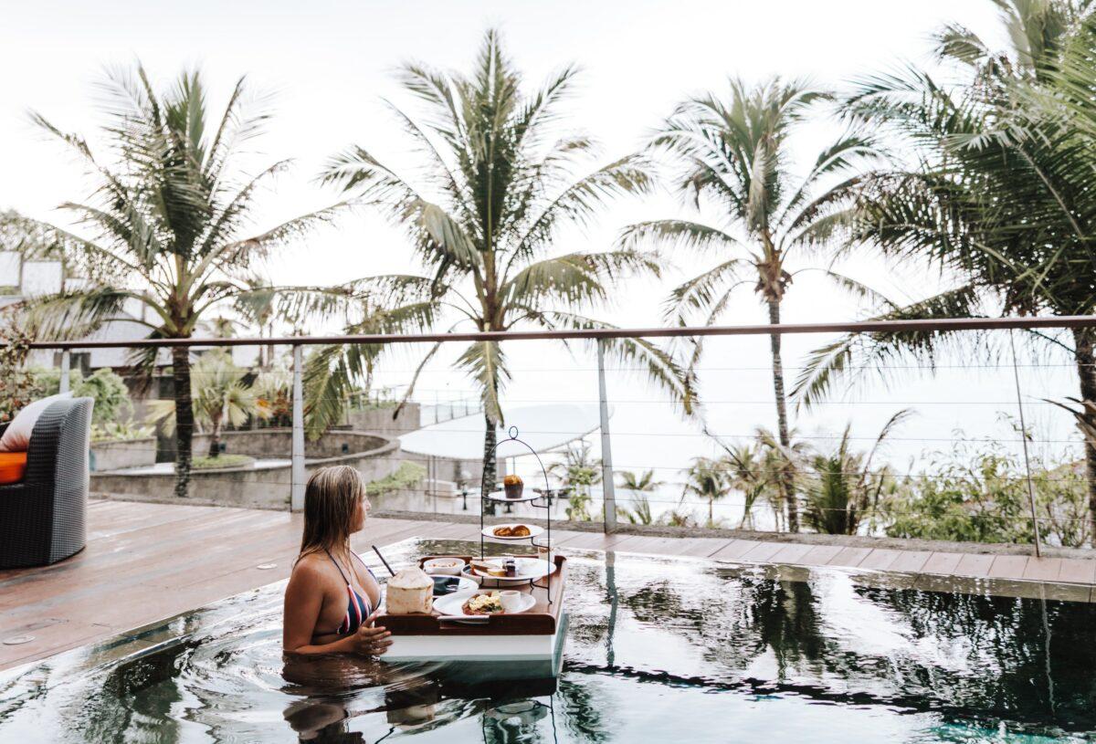 Bali petit dejeuner dans la piscine face au palmier avec fille blonde