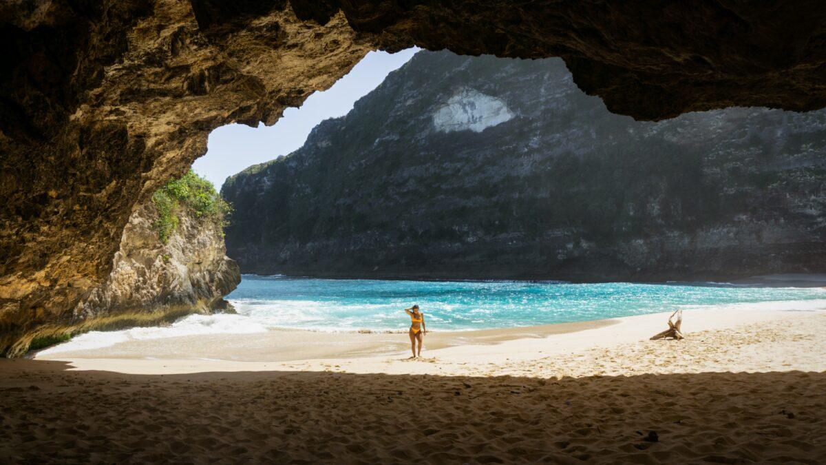 Plage bali sable fin, soleil avec eaux turquoise et fille en maillot de bain jaune
