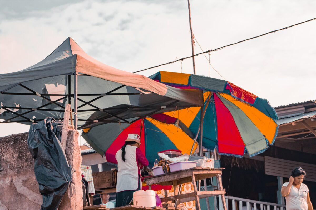 Marchés au pérou avec parasol coloré