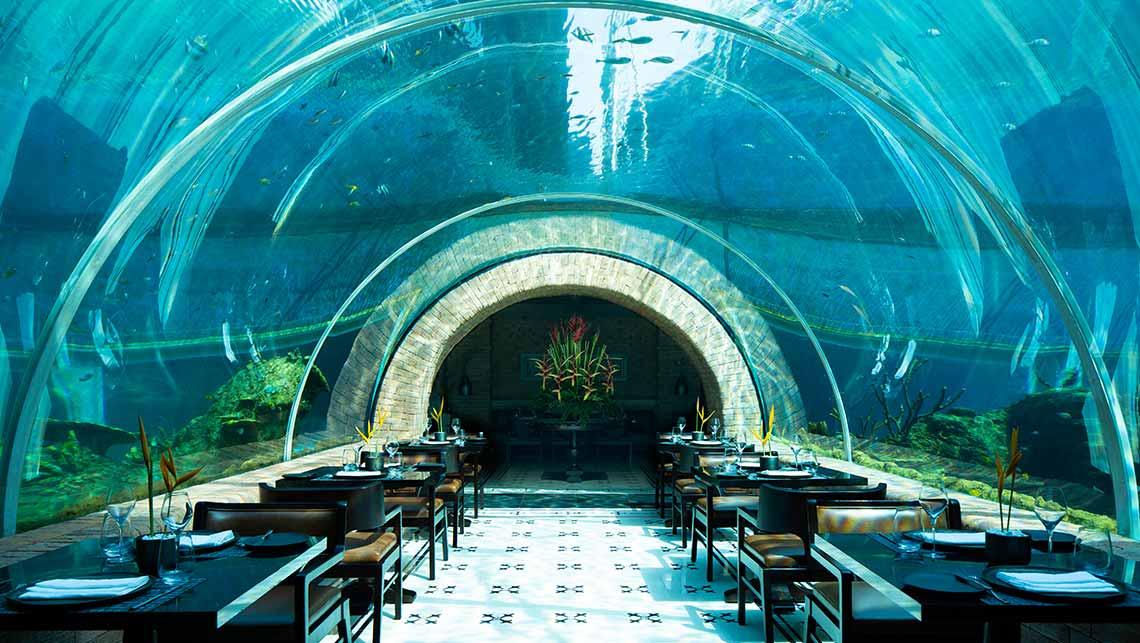 diner sous l'eau avec une cloche en verre et des tables de restaurant insolite