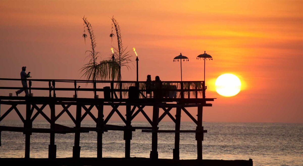 ponton au coucher de soleil pour un diner romantique sur la mer à bali