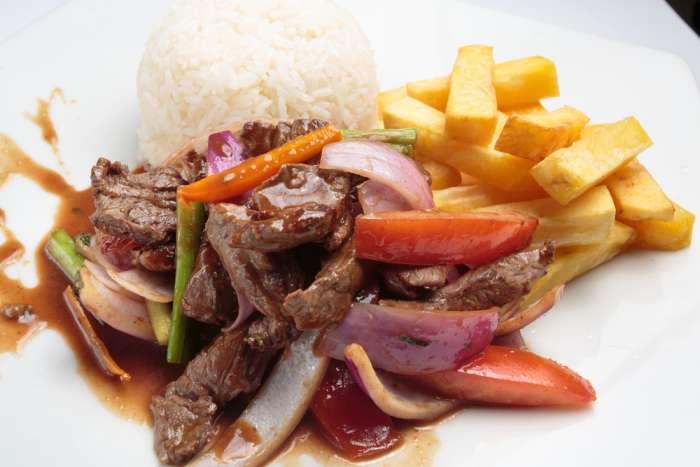 lomo saltado plat péruvien avec frite et riz
